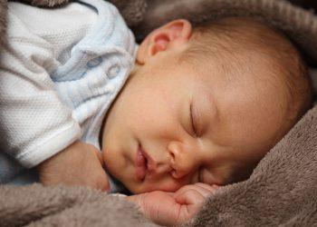 Baby zum Einschlafen bringen | Richtig im Bett schlafen legen