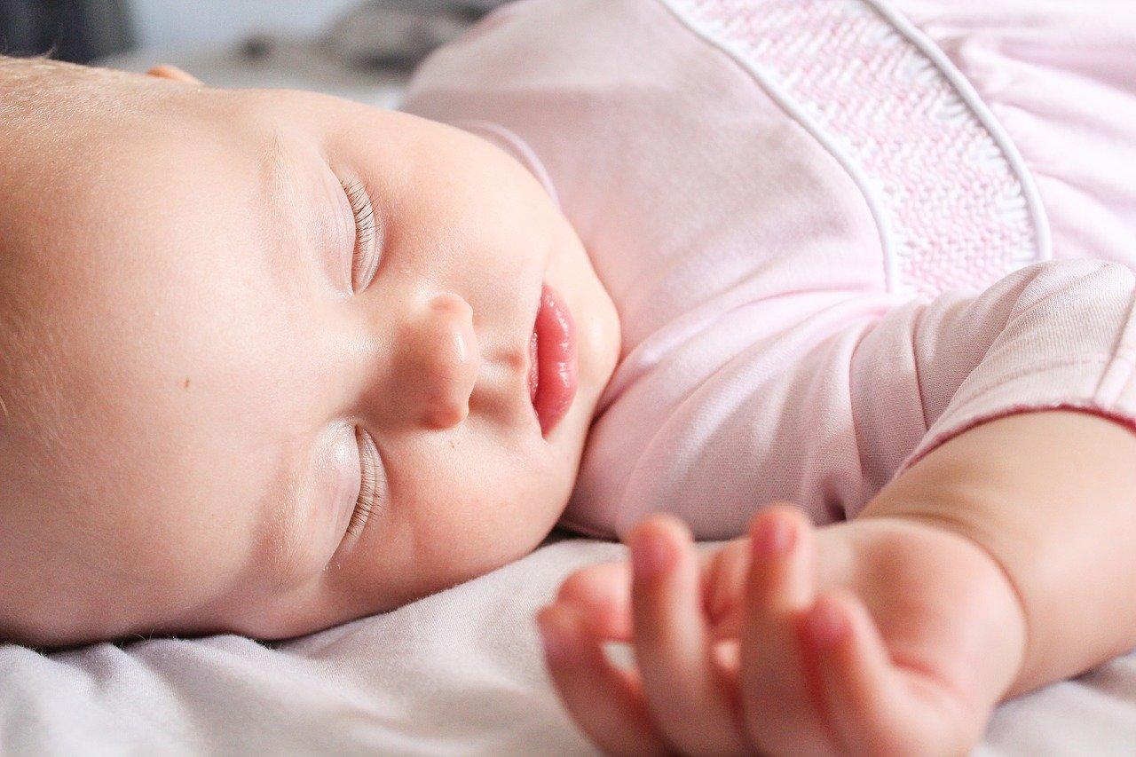 Baby schläft auf weicher Kuscheldecke
